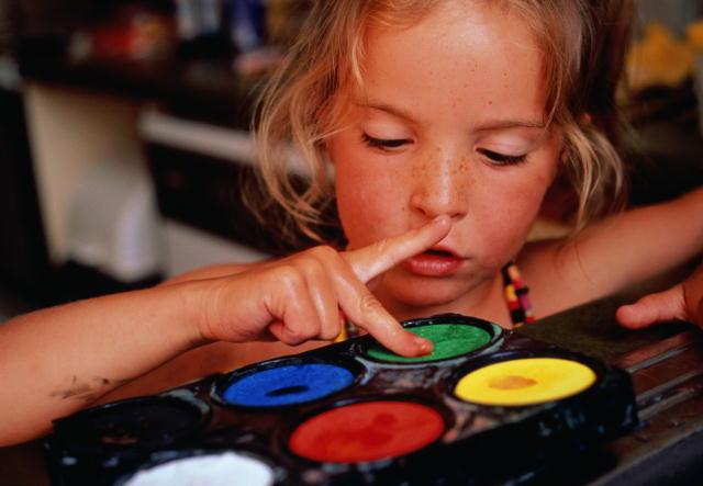 Какими красками лучше начинать рисовать малышу, чем отличаются пальчиковые краски, какими бывают акварельные краски, в чем  преимущества гуаши перед акварелью и как правильно рисовать красками для ткани