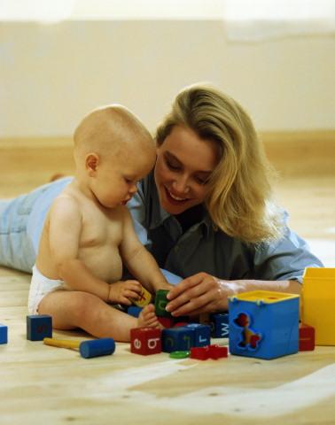 Интересные  развивающие игры с простыми игрушками, такими как кубики, наборы для песочницы, помогающие ребенку определиться с понятиями цвет, форма, расположение предметов в пространстве