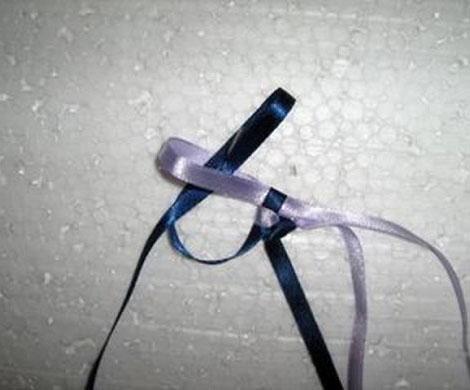 Плетем фенечку из атласных ленточек.