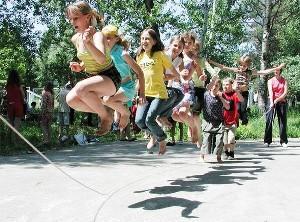 Игры и упражнения со скакалкой очень полезны для физического развития детей. В какие игры можно научить ребенка играть?