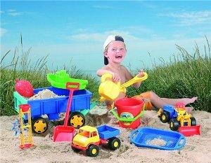 Какой набор игрушек для песочницы собрать, чтобы малыш играл с удовольствием и с пользой?