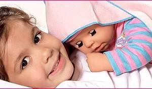 Кукла Беби Бон очень похожа на настоящего младенца. Она может плакать, есть, ходить на горшок. Игра с такой куклой пожет девочке освоить основные правила ухода за младенцем.