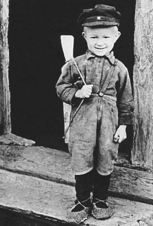 Дети берегли довоенные игрушки, а чаще всего игрушки мастерились своими руками. Это и самодельные куклы для девочек, и пистолеты с автоматами для мальчишек