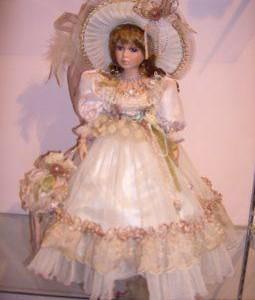 Любимой игрушкой у всех девочек является кукла. Самые красивые куклы фарфоровые. Они очень красивы и изящны.