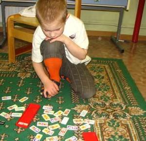 Игра домино – прекрасное времяпрепровождение для всей семьи. Начинать играть в нее можно уже где-то с двух лет. Пока ребенок не дорос до взрослого варианта этой игры, можно купить детское домино. Оно красочное и к тому же отлично поможет в развитии вашего малыша. Детская игра домино развивает наглядно-образное мышление, память, речь, внимание, умение играть по правилам