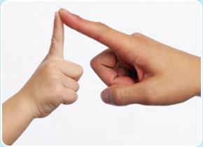 Двигательная активность и речевая моторика имеют одни механизмы, поэтому развитие моторики рук напрямую влияет на развитие речи. Именно поэтому пальчиковая гимнастика должна занять прочное место в ваших занятиях с ребенком