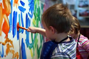 Советы для проведения первых занятий рисованием с малышом. Описание подходящих техник и материалов.